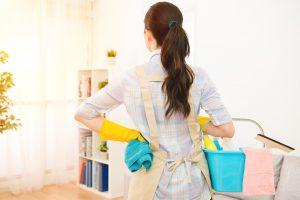 掃除中の女性