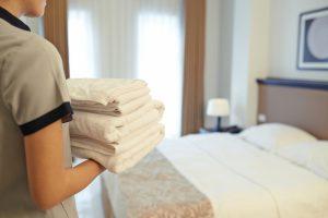 寝具を整える女性
